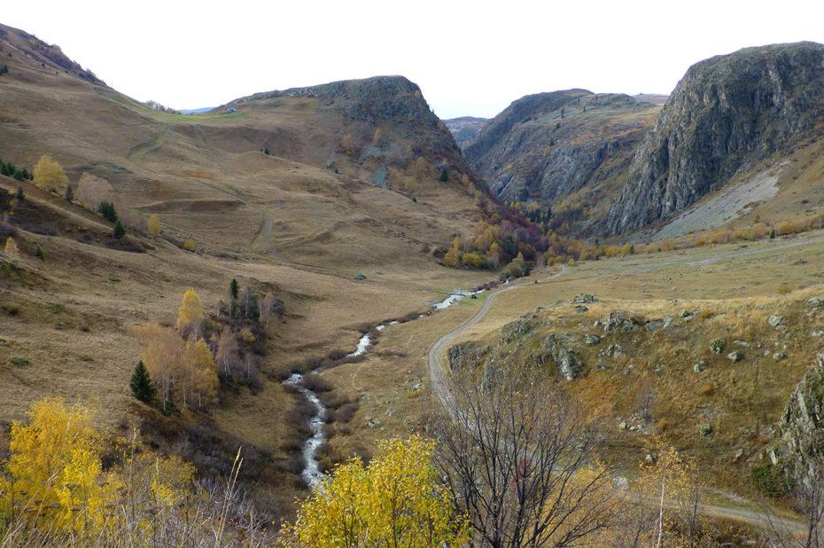Rivière la Sarenne et le chemin qui serpente dans les gorges