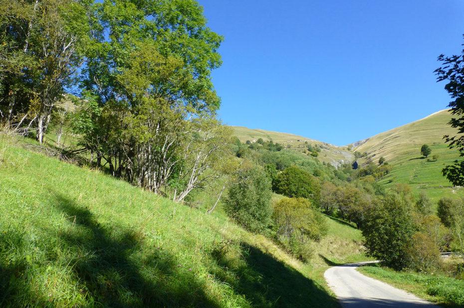 La route à Besse-en-Oisans au départ de la randonnée