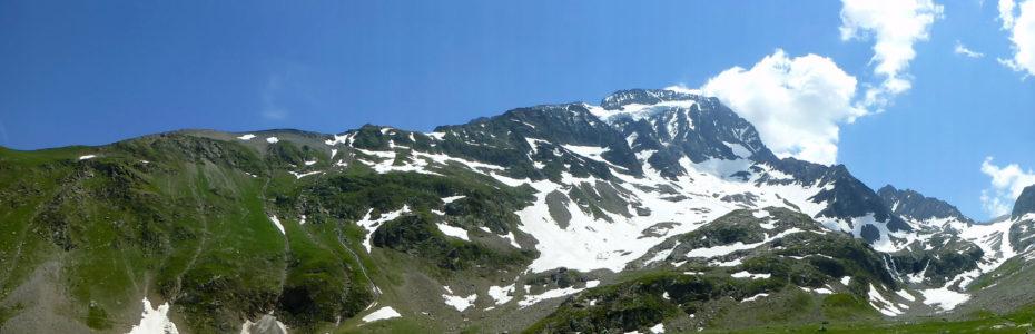 Vue panoramique sur la Roche de la Muzelle depuis le lac