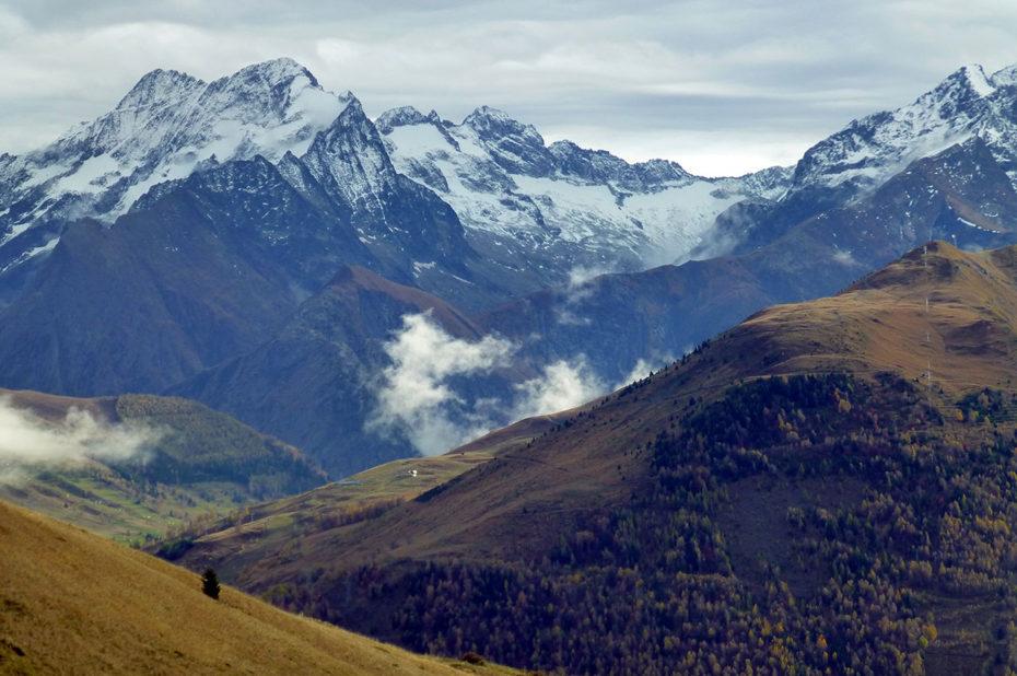 Vue sur la vallée et les sommets enneigés du massif des Écrins