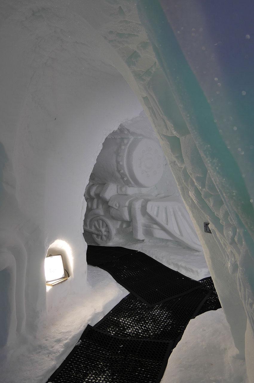 Dans les allées de la Grotte de Glace, creusées sous la neige