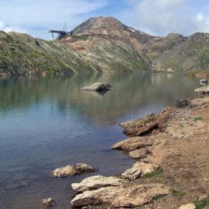 Le lac Blanc et l'arrivée du téléphérique au loin