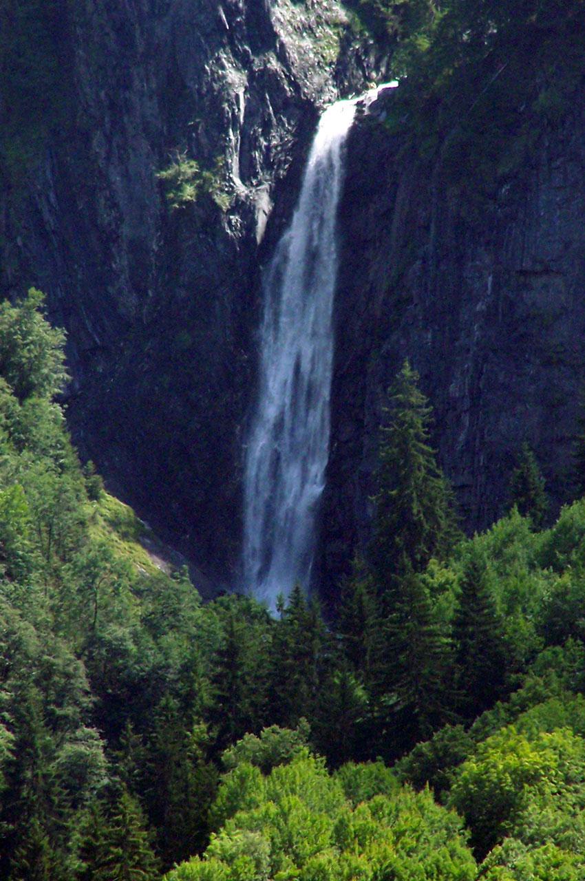 La cascade de la Muzelle, zoomée depuis le village de Vénosc