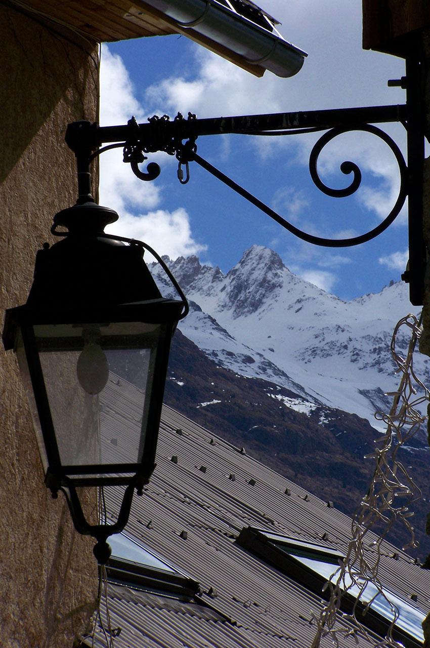 Les Écrins au-dessus des toits de Vénosc