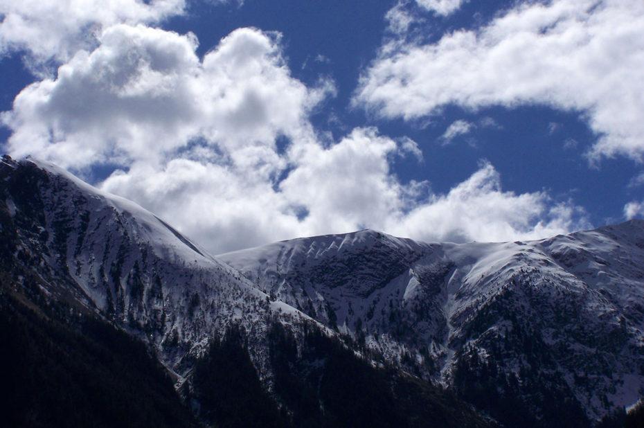 À la fin mars, la neige saupoudre encore les sommets