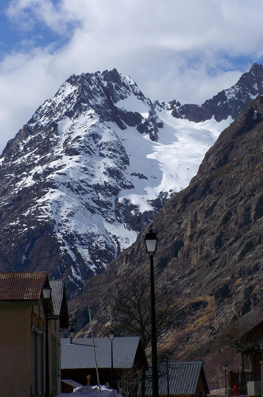 La montagne majestueuse vue depuis le village