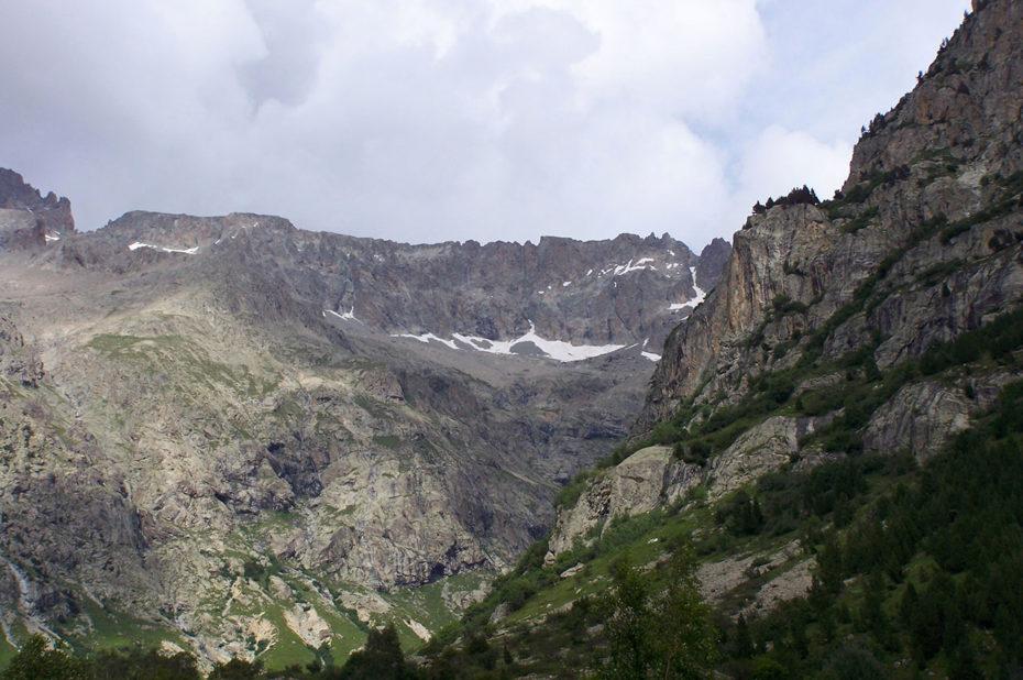 Le paysage se fait plus minéral dès qu'on monte en altitude