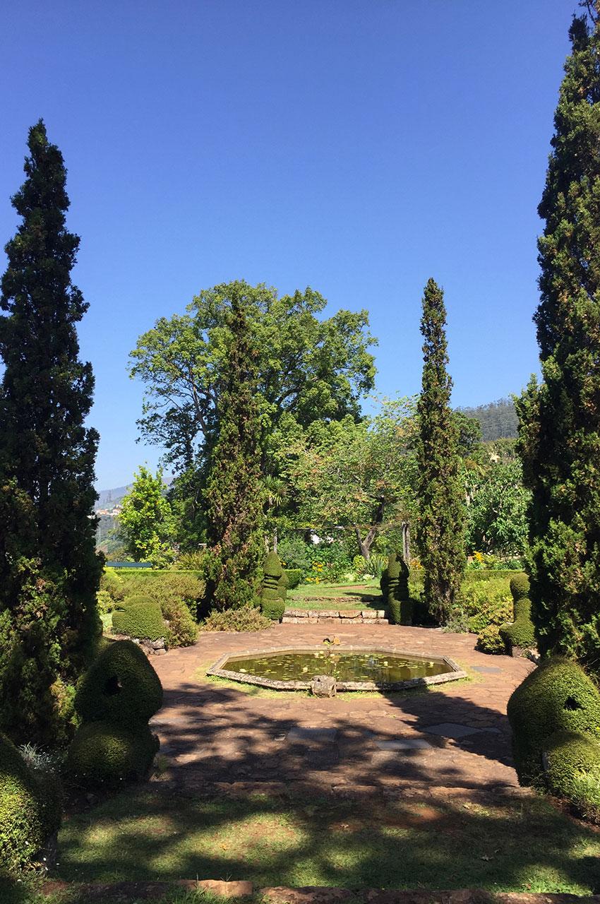 Bassin circulaire au milieu des jardins