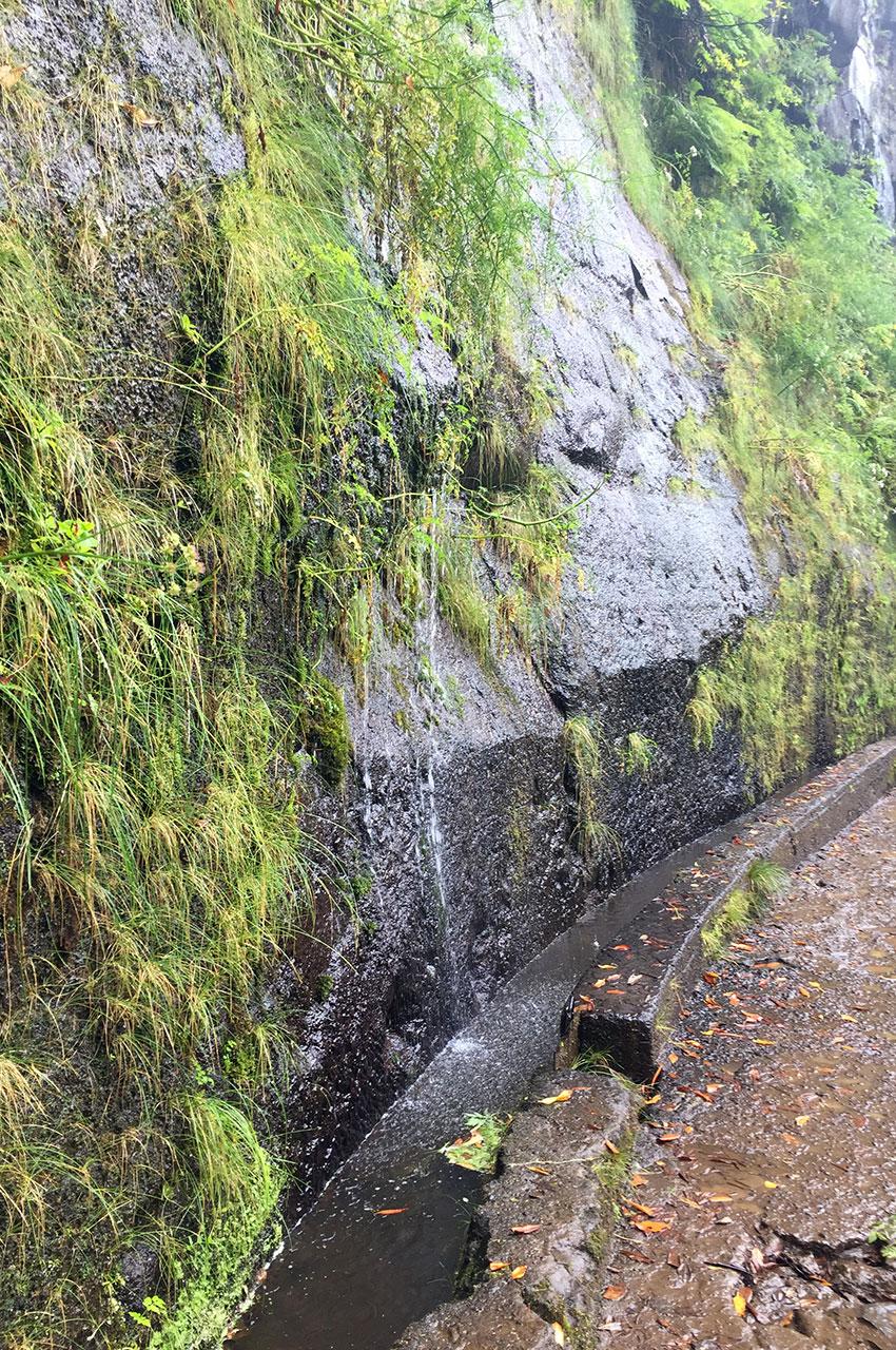 L'eau de pluie ruisselle directement dans la levada