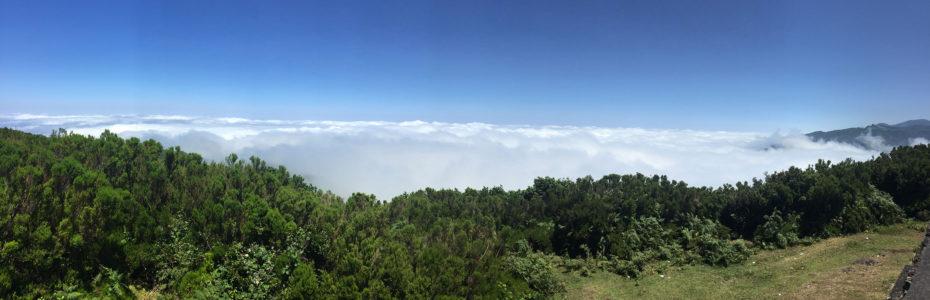 Vue panoramique sur une mer de nuages