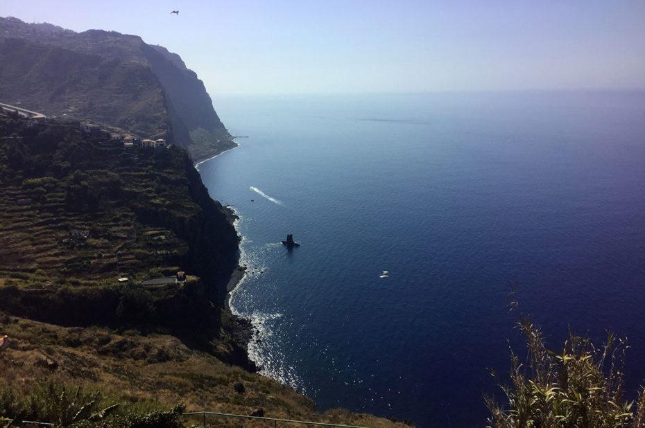 Une côte sauvage bordée de hautes falaises