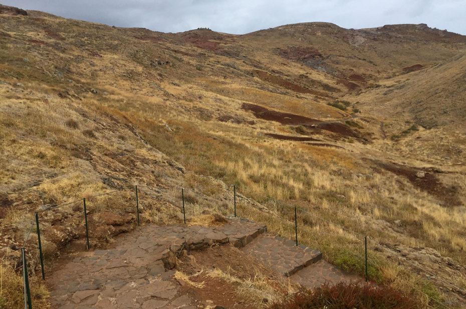 Marches pavées au début de la randonnée