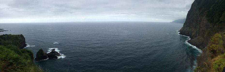 Les falaises face à l'océan