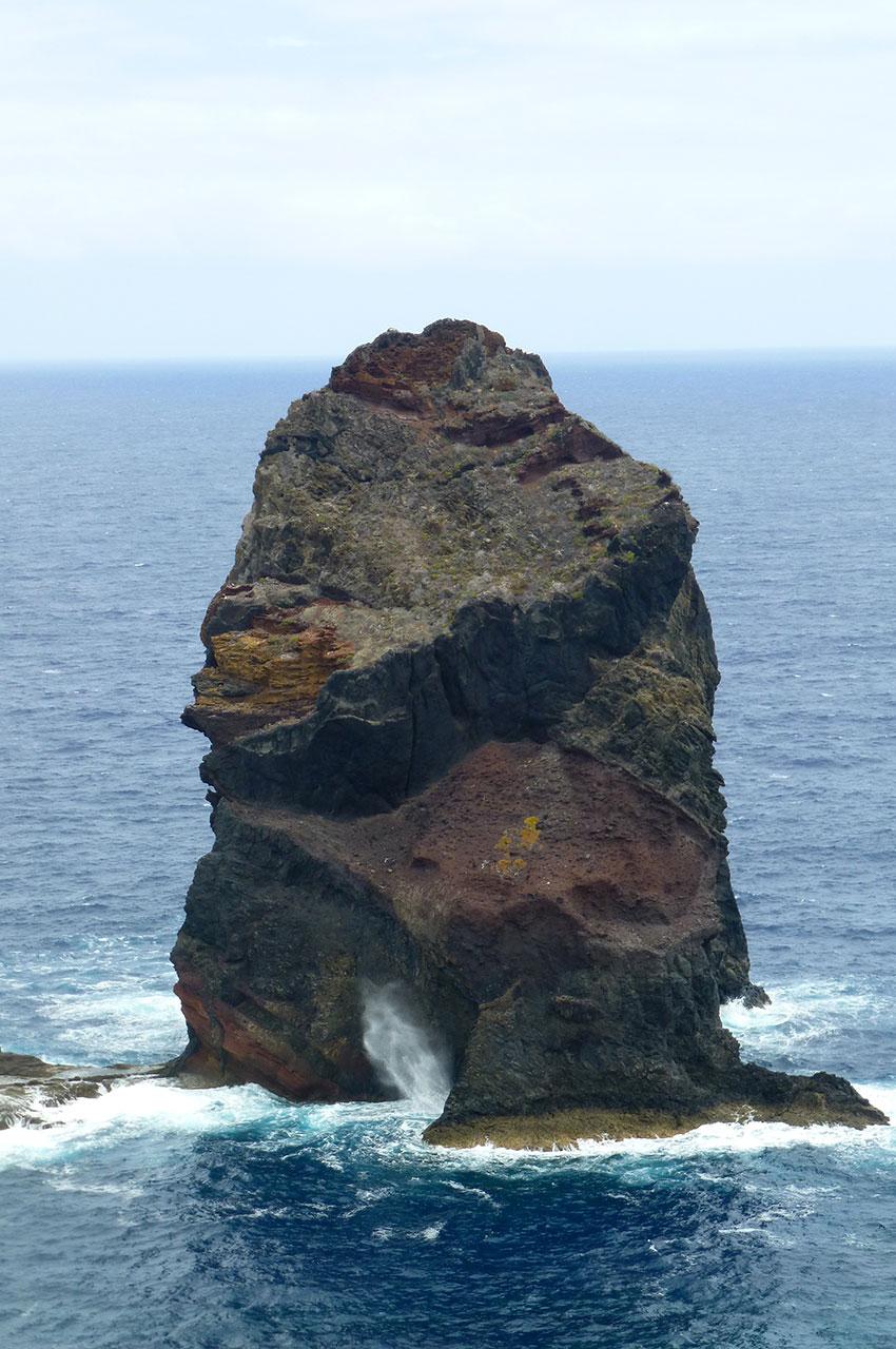 La force des vagues fait monter l'écume sur plusieurs mètres