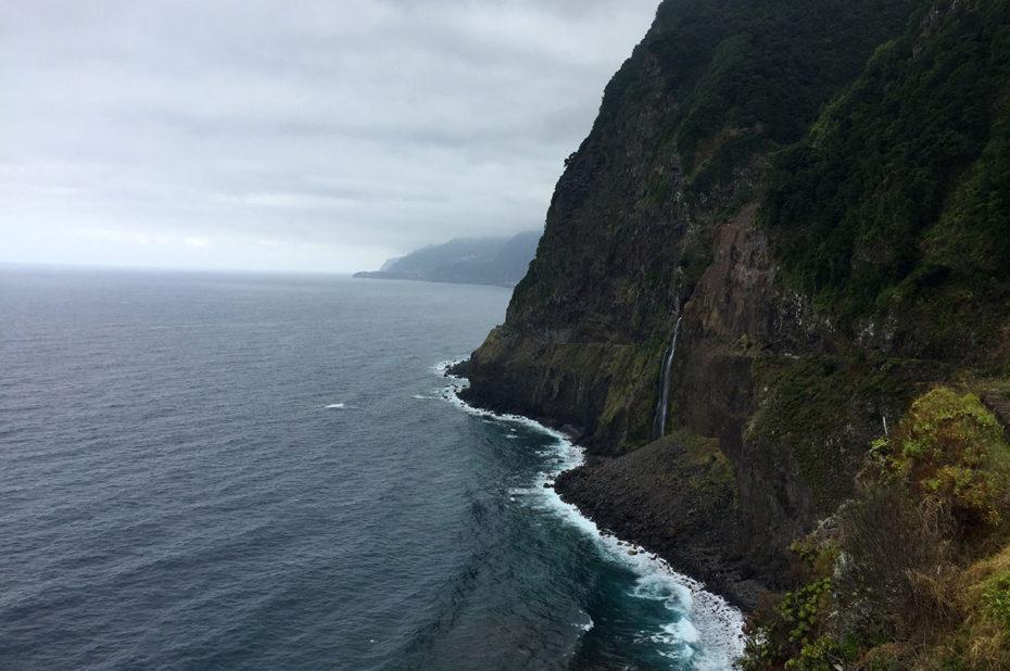 Les hautes falaises de la côte nord