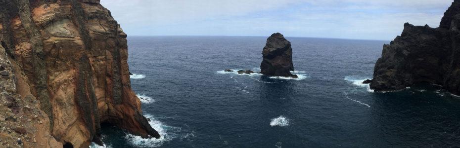 L'océan est de part et d'autre du chemin de randonnée