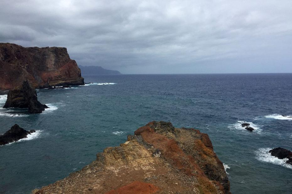 L'océan frappe la côte sous un ciel menaçant