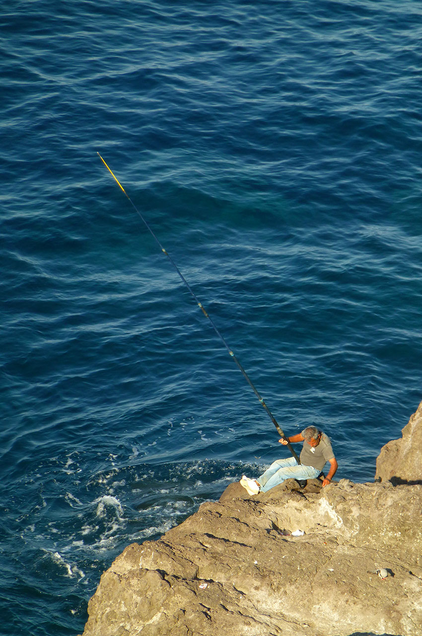 Pêcheur assis sur son rocher