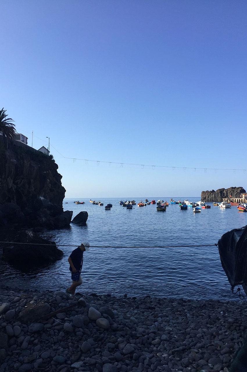 Petite plage de galets à Câmara de Lobos