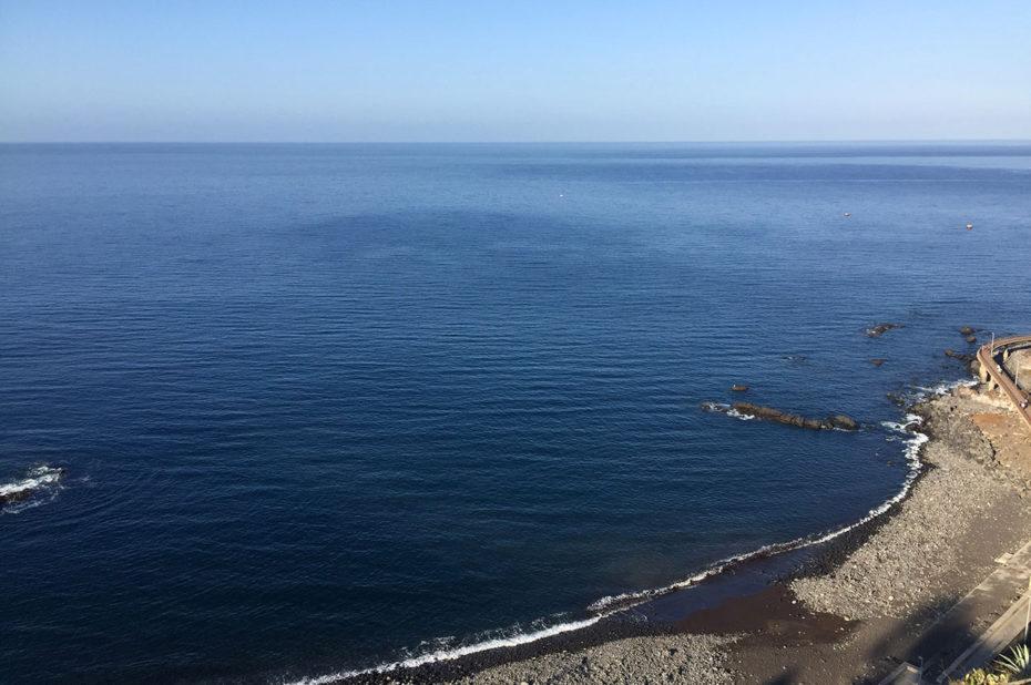 Plage vue depuis la falaise du Cap Girão