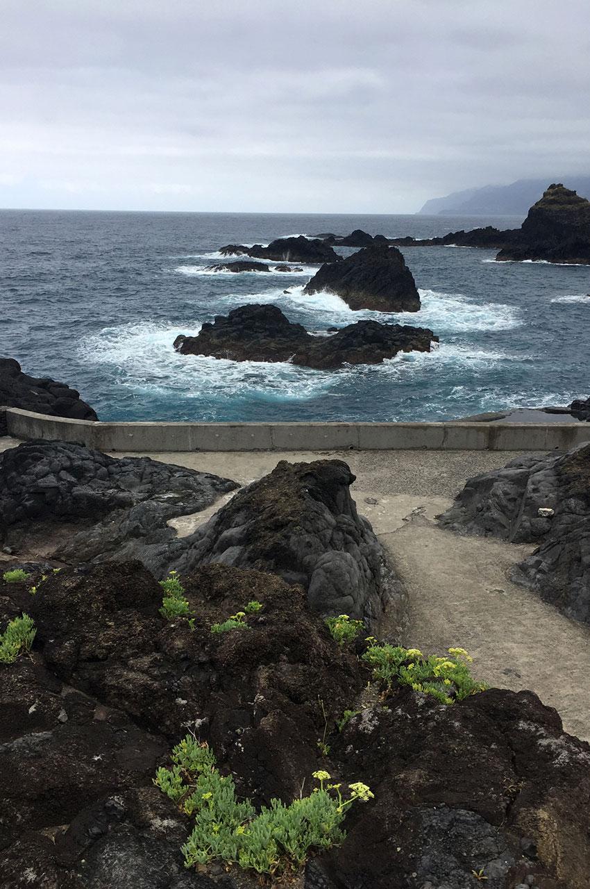 Promenade face à l'océan à Porto Moniz