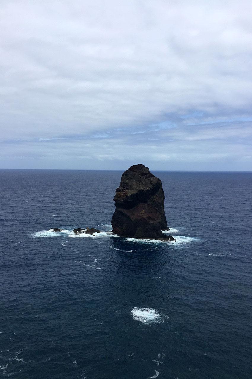 Un rocher, seul au milieu de l'océan