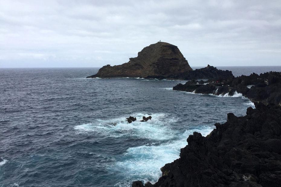Les vagues se fracassent sur les rochers