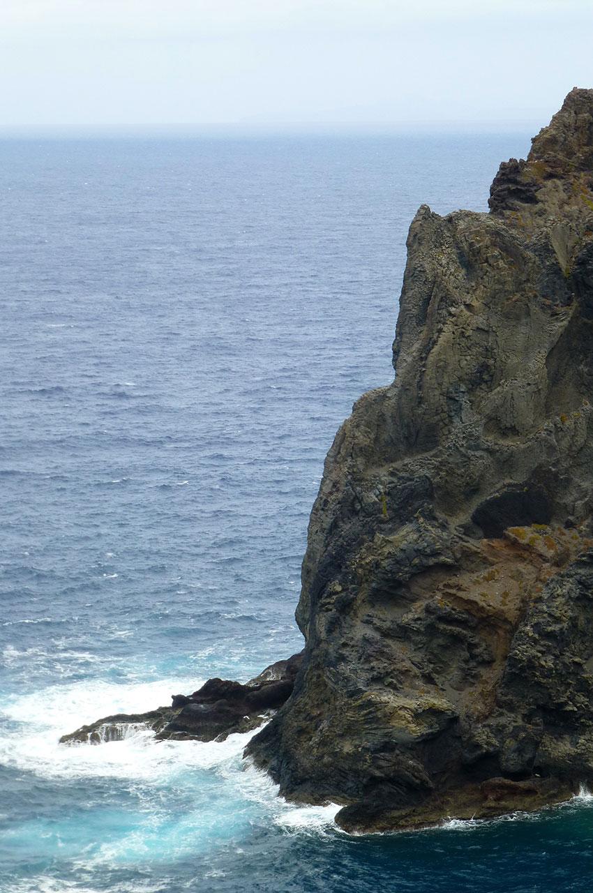 Les vagues se jettent contre les rochers