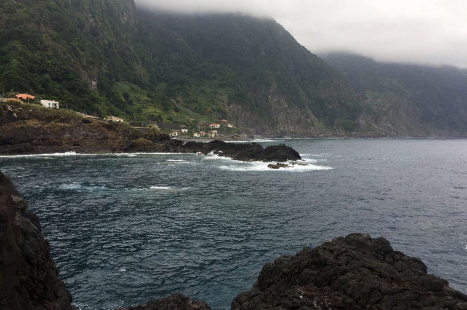 La ville de Porto Moniz est surplombée de hautes falaises