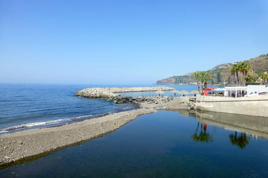 Digues brises-lames dans le port de Ribeira Brava