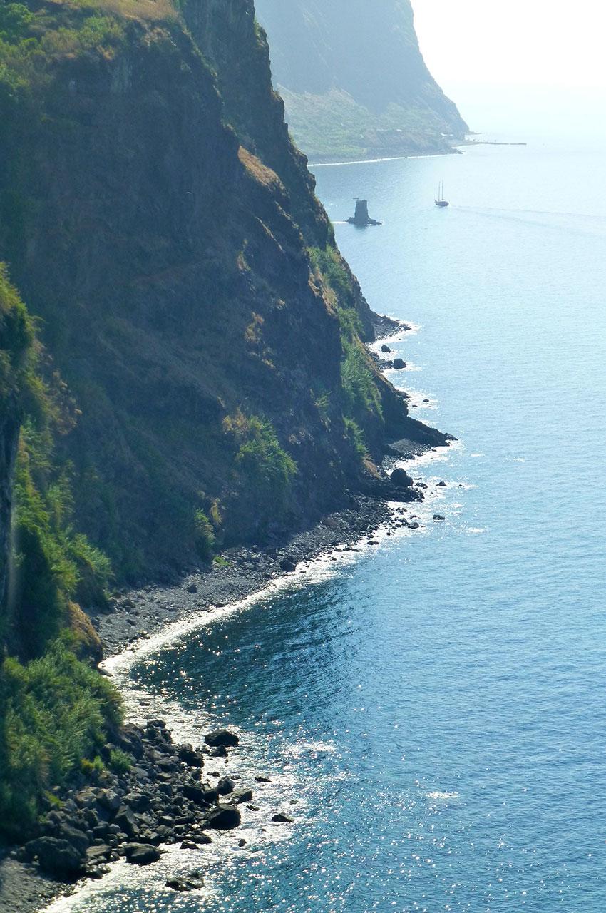 Les falaises tombent directement dans l'océan Atlantique