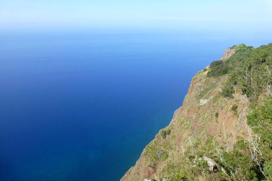 L'immensité de l'Océan Atlantique depuis le belvédère du Cap Girão