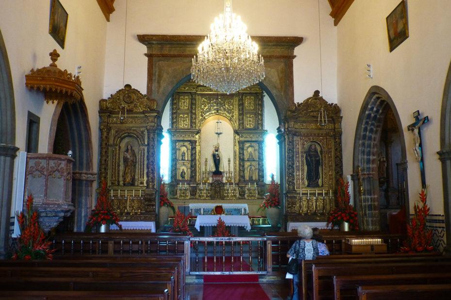 Intérieur de l'église São Bento et son retable sculpté en boiserie dorée polychromé