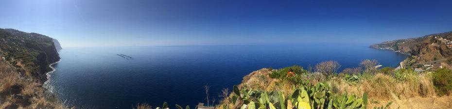 Large panorama de la côte sud de Madère vers Ribeira Brava