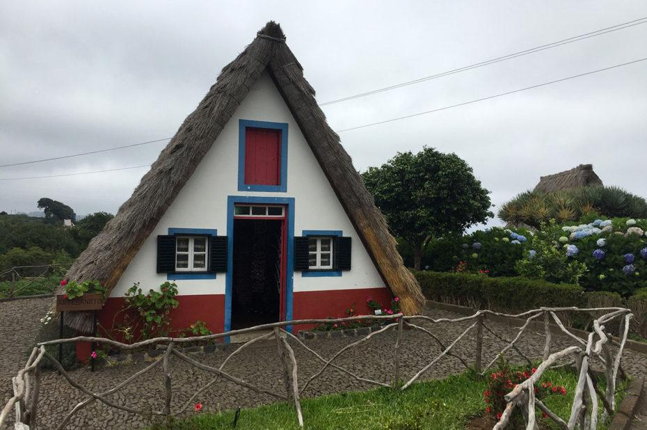 Maison au toit de chaume, attraction pour les touristes