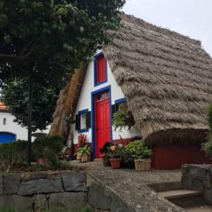 Maison triangulaire au toit de chaume à Santana