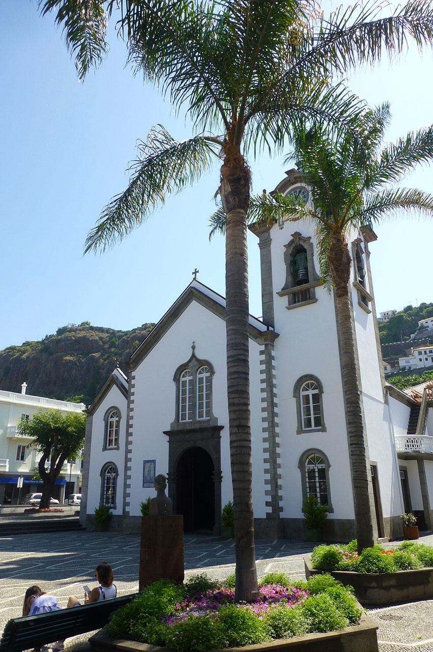 Palmiers devant l'église de Ribeira Brava