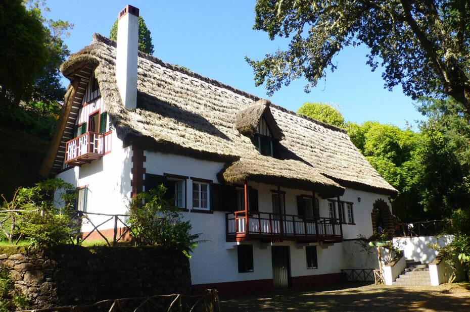 Maison au toit de chaume à l'entrée du parc forestier de Queimadas