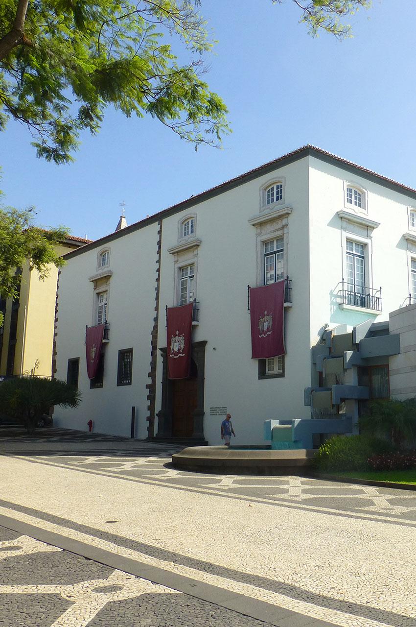 Assemblée régionale, côté rue du Dr de Almeida