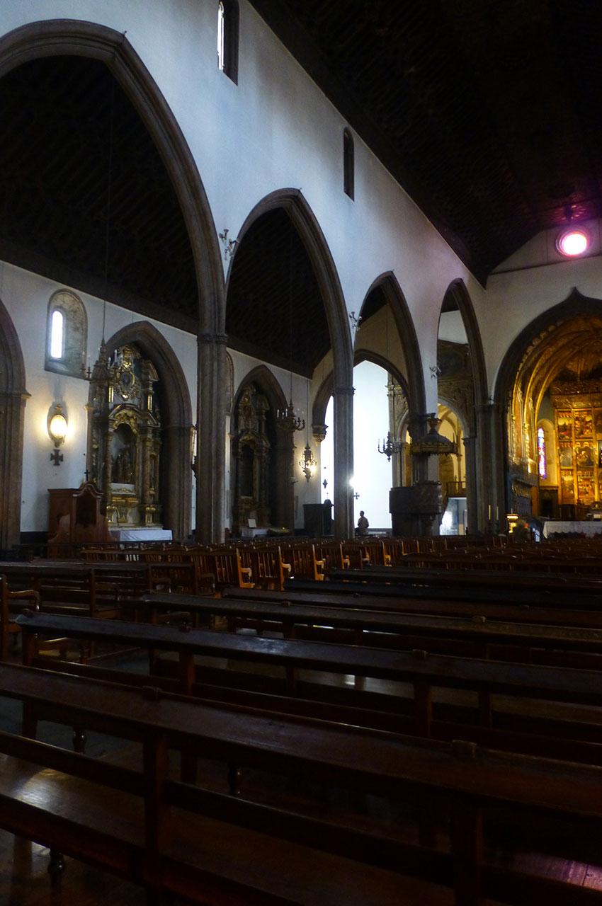 Les bancs et la nef de la cathédrale Sé de Funchal