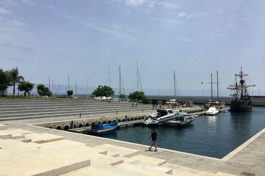 Espaces en béton vers le port de plaisance