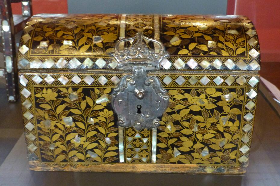 Coffre en bois peint de motifs floraux