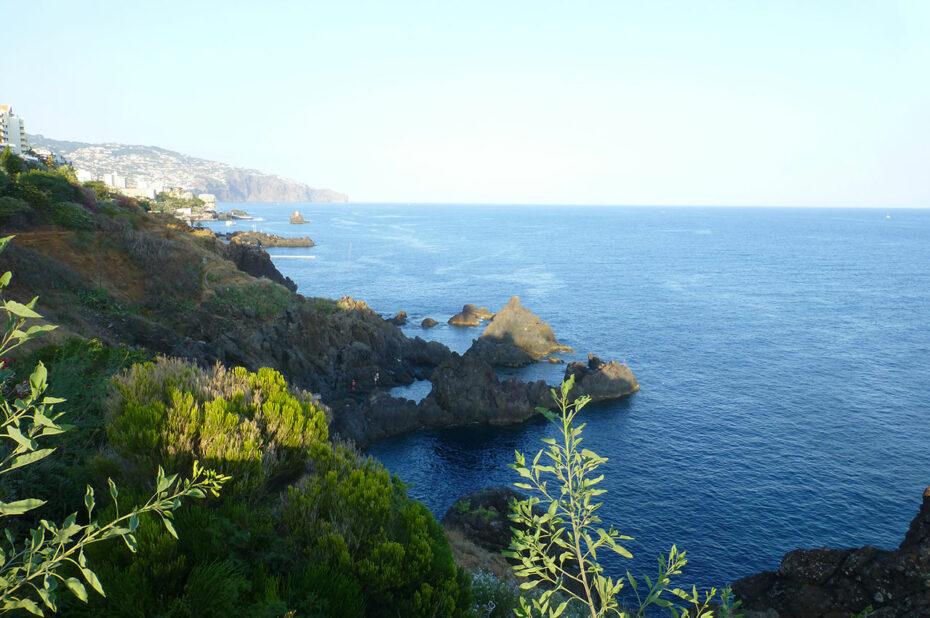 La côte sauvage de Madère avec Funchal au fond