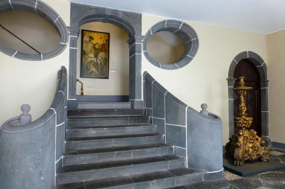 Escalier d'entrée dans le musée