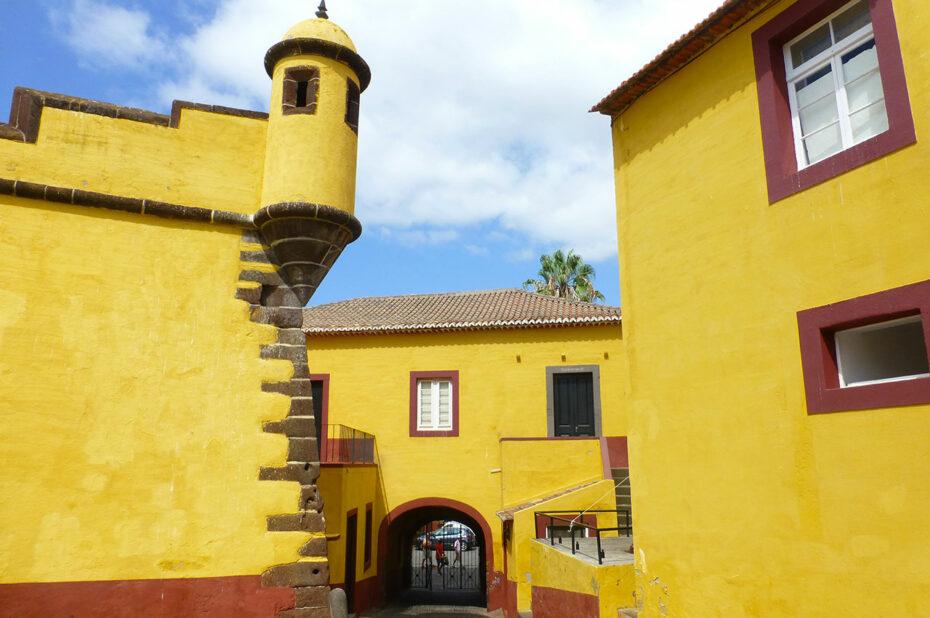 Le fort de São Tiago et ses murs jaunes