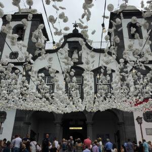 La foule se presse devant l'église Notre-Dame de Monte