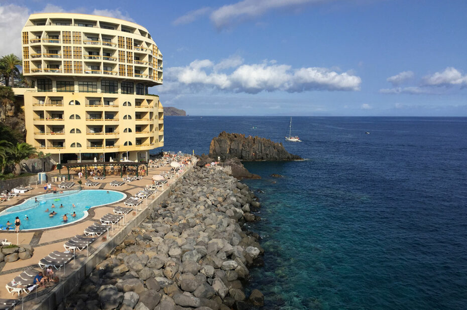 Hôtel et sa piscine sur le front de mer
