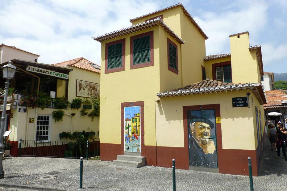 Maison arborant des peintures, rue D. Carlos I