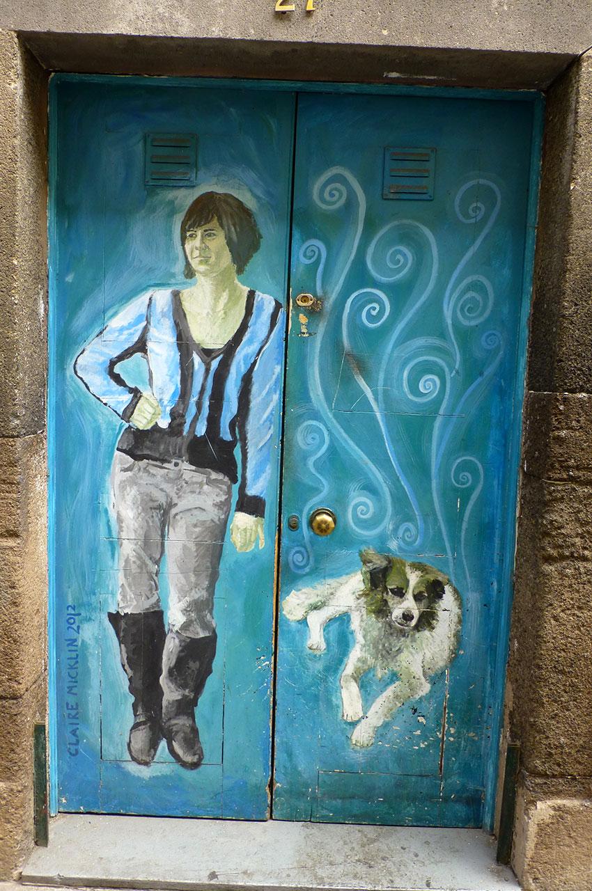 Peinture sur une porte d'une femme et son chien