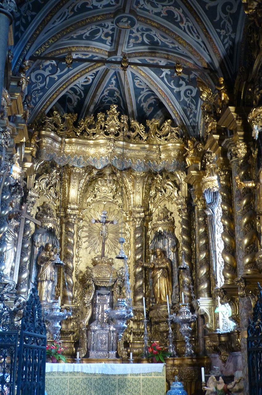 Petite chapelle richement décorée